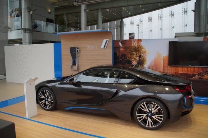 Bambuszpadlón áll az i8 a milánói BMW-szalonban, ez is a környezettudatosságot sulykolja a látogatókba