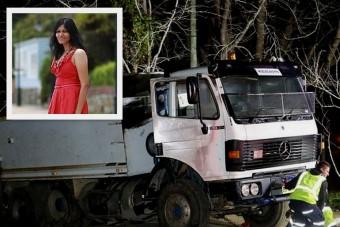 Kamion gázolta el a gyermekével játszó anyát