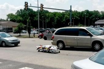 Az útra zuhant a holttest egy hullaszállítóból