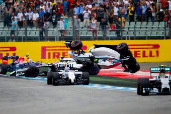 F1: Massa az első kanyarban fejreállt - videó