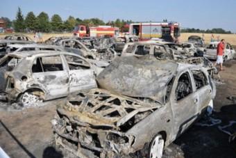 52 autó égett ki egy fürdő parkolójában