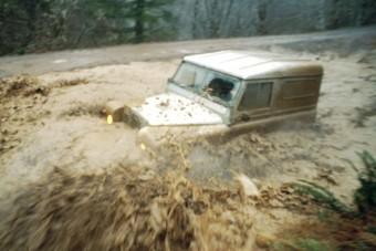 Sofőröstül vitte az autót a patak