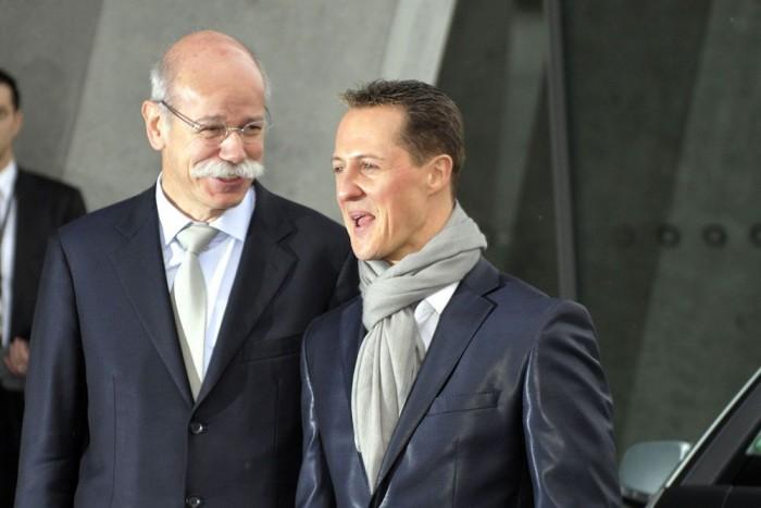 A Mercedes-vezér Dieter Zetsche Schumacherrel