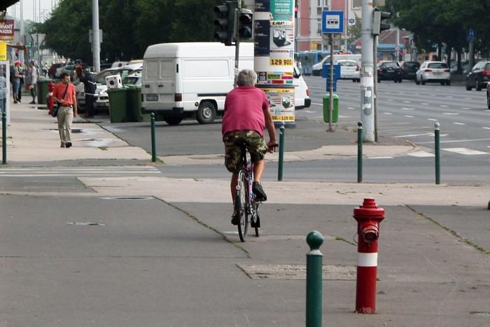 Járdán legfeljebb 10 km/órás tempóval lehet tekerni és csak akkor, ha az út alkalmatlan a közlekedésre