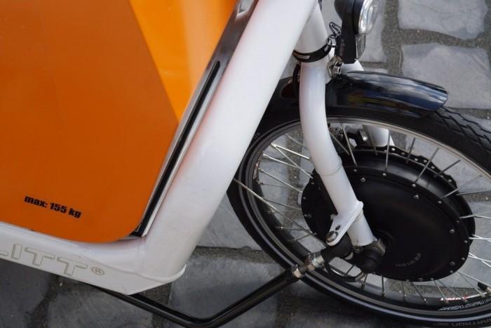 A villanymotor a pedálozás mellé ad segítséget, bár vannak gázkaros e-bikeok is. De ha nem tekerünk, drasztikusan csökken a hatótáv.