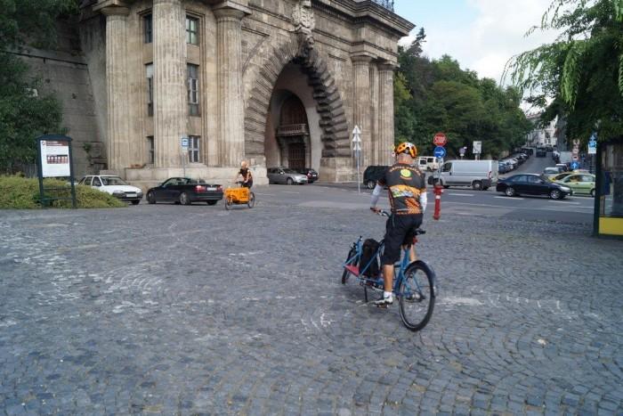 A kék magyar biciklit kipróbáltam én is: nagyon könnyű meg/rászokni
