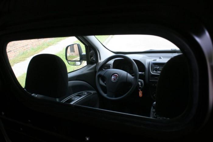 A lemezfal és az üvegablak mögül kevés zaj terheli a vezetőt menet közben