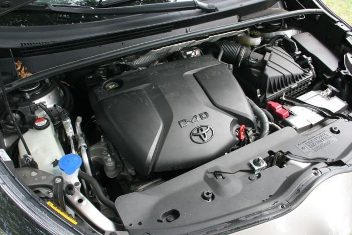 D-4D-nek hívja a Toyota a BMW-től vásárolt motort is, ami alig gyengébb saját, a Versóban 124 lóerősre állított kétezresénél. 4,5 liter/100 km a gyári átlag - a valóságban kábé egy literrel fogyaszt többet