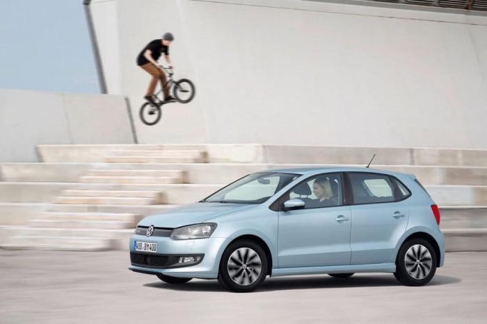 Egyre kisebb autókban is vannak egyre komolyabb extrák. Az új Aygo-C1-108 trió vagy az átdolgozott Polo már tudja tükrözni a mobiltelefont, tehát a műszerfali kijelzőn ugyanazt látjuk, mint az okostelefonon. Ez a mirror link