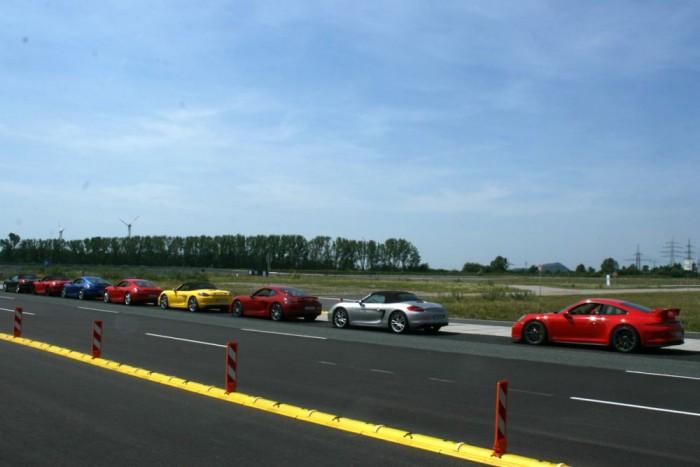 Még egy Cayman GTS-ből vagy 911 Carrera 4S-ből átülve is hatalmas ugrás a GT3, pirosban, a sor végén