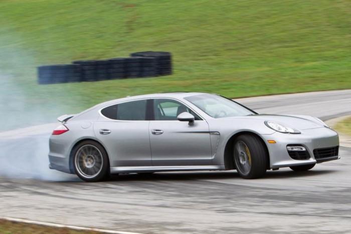 Alapelvárás, hogy minden Porsche kategóriájának legsportosabb autója legyen. Ez eddig a dízel és a hibrid Panamerára is áll