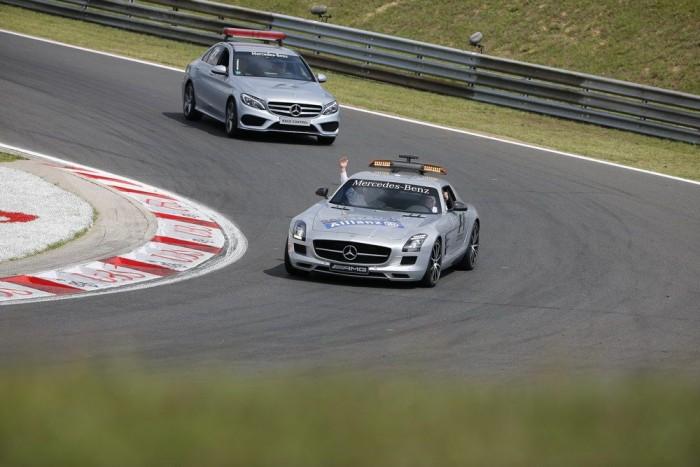 Egészen lassú autóval nem mehetne a mezőny előtt, mert az F1-esek hűtéséhez kell egy bizonyos tempó. De fölösleges a GT3-as verseny SLS, a safety carnál nem a sebesség a lényeg