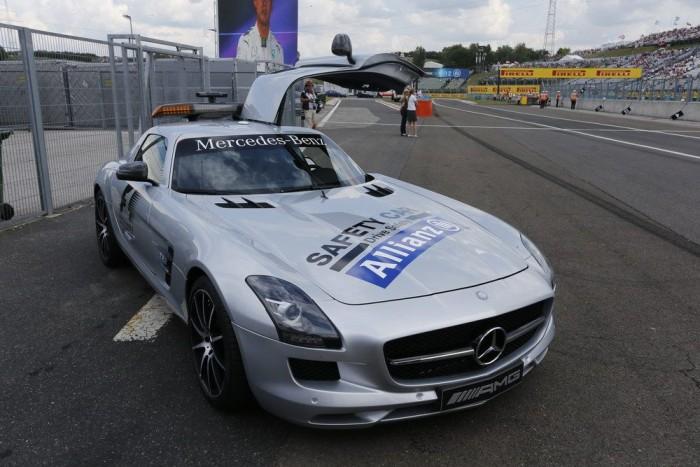 3,7 mp alatt gyorsul százra, 320 km/óra a végsebessége az 591 lóerős SLS AMG GT-nek. Kilométerenként így is 10 másodperccel lassabb a Forma-1-es autóknál, a Hungaroringen több, mint negyven másodpercet kapna egy körön