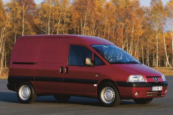Egy facelifttel elrondított fényszórójú Peugeot Expert 2003-ból