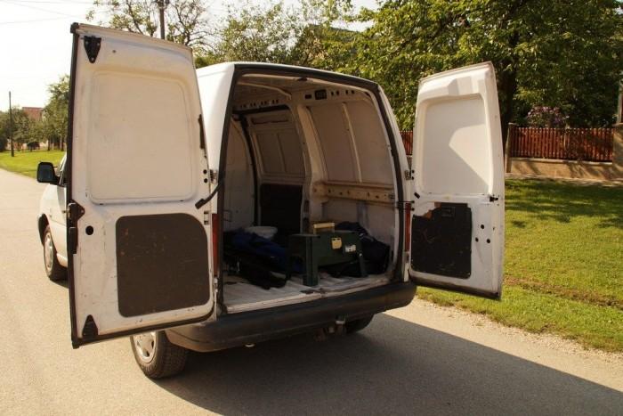 Az ajtók kiakaszthatók, 180 fokig nyithatók, lehet targoncával pakolni