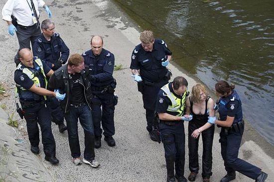 A rendőrség 2013 decemberében letartóztatja Torsten Trabertet és Robyn Lindholmot