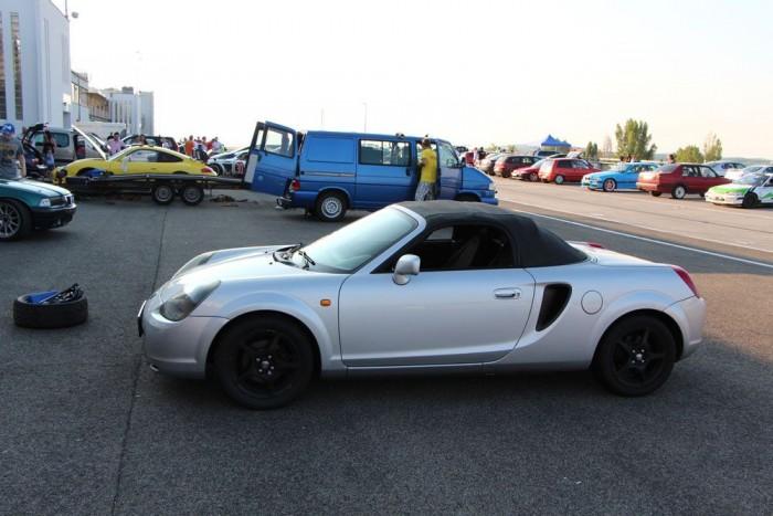 Széria közeli MR2 Roadster semi-slick abroncsokon