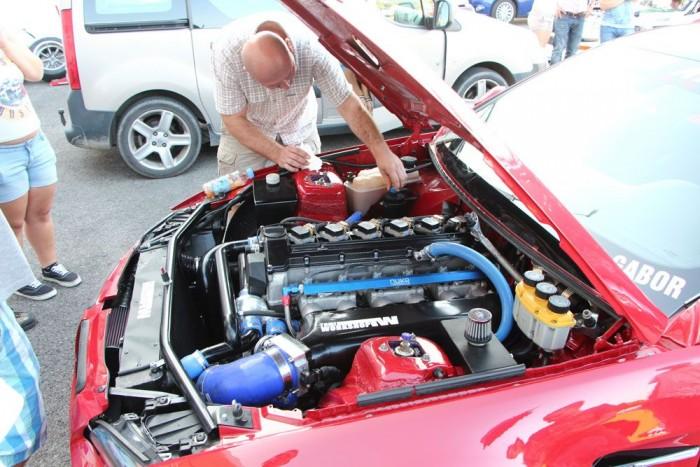 Egy több generációval korábbi hathengeres M5-ös motor kompresszorral – mindez egy Hármas BMW-ben