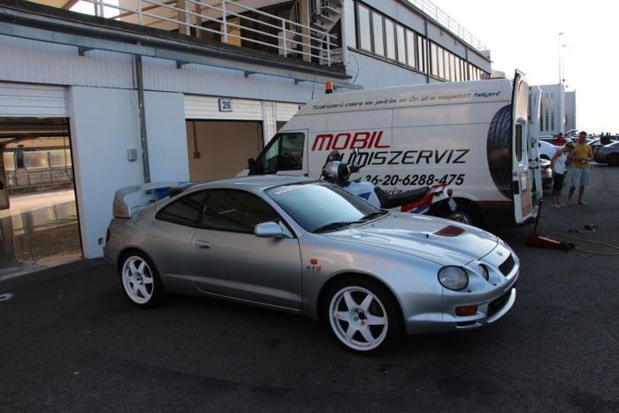 Egy Toyota Celica GT4-es, szintén csak mutatóba