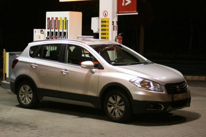 Éjjel három óra van, odaértem Balatonfüredre. A benzinkúton osztok-szorzok, nem hiába jöttem ilyen komótosan 90 és 100 km/óra között