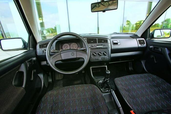 Teljesen megszokott Golf III-as beltér, csak épp hiányzik a kuplungpedál