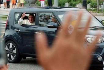 Meglepő autóval jár a pápa