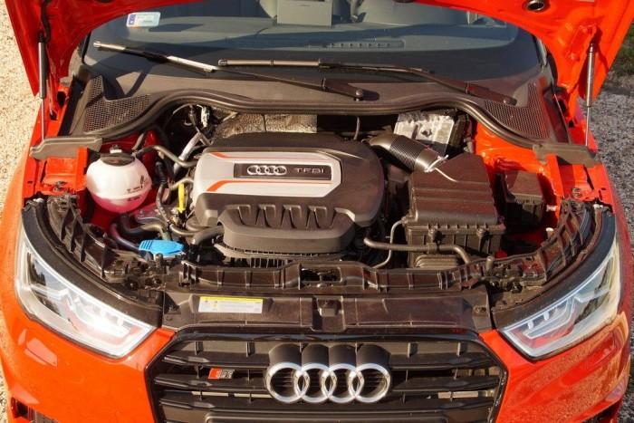 Keresztben a motor, hiszen az A1 csak annyira Audi, amennyire a VW Polo-alapok engedik neki