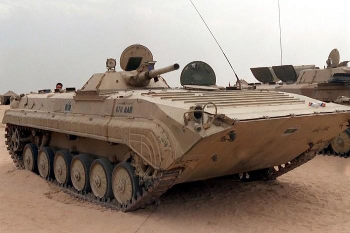 1. BMP-1 - BMP-vel főleg légmentesen lezárt, fóliázott állapotban találkozhattunk a laktanyában. Az M zárolt vasak gyomrában szonda mérte az aktuális hőmérsékletet, páratartalmat. Mindössze egyetlen gyakorlaton láttuk közelebbről - amikor talán görögöknek tartottak vele bemutatót - hogy mire is képes ez a monstrum. Örökre megmaradt a kép, amikor valaki véletlenül felkapott és beszorított egy betonoszlopot a lánctalp és a kasztni közé, majd Galambos őrmester fejcsóválva kitessékelte a szerencsétlenül járt hőst, majd nagy gázt adott a 300 lóerős V6-osnak és leugorva a kuplungról egyszerűen kiszakította mázsás betondarabot a helyéről. Galambos őrmester értett a gépek nyelvén.