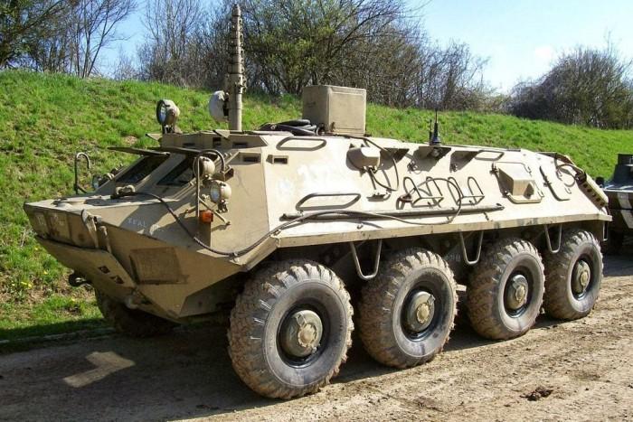 2. BTR 60 - 8x8-as csapatszállító, úszni is tudó csodamasina. Mozgásban ezt sem sokat láttuk, mindössze egyszer, inkább vontattuk egyik telephelyről a másikra, miközben a laktanya legkisebb harcosa küzdött az álló motor mellett dögnehéz kormányzással. BTR-ből 60-tól kezdődik a 8 kerekű kivitel, a korábbi modellek vagy kevesebb tengellyel, vagy lánctalppal rendelkeztek. A hajtáslánc mókás benne, két dízelmotor dolgozik benne, saját váltóval és mindegyikük két-két tengelyt hajt, így ha egy le is rohadt a BTR akkor is tovább tudott vánszorogni.