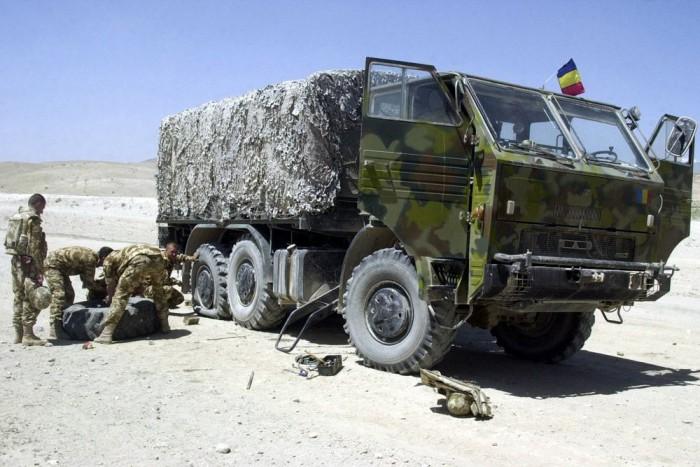 4. DAC - Bármennyire is kínos, de a dízel Uralok mellett a román DAC-ok voltak a legkényelmesebben vezethető teherautók a hadseregben. Persze ezeknek is megvolt a maguk baja, például nem volt ajánlatos hosszú ideig alapjáraton hagyni a motort, mert valami miatt durván tíz perc után leállt a motor kenése. Már nem emlékszem miért, de arra igen, hogy ezt nagyon a fejünkbe vésték anno. DAC-ból platós, tartálykocsis, és műszaki felépítményes egyaránt megfordult a legtöbb telephelyen. Platóján remekül lehetett aludni ha telephely takarításra trombitált az ÜTI