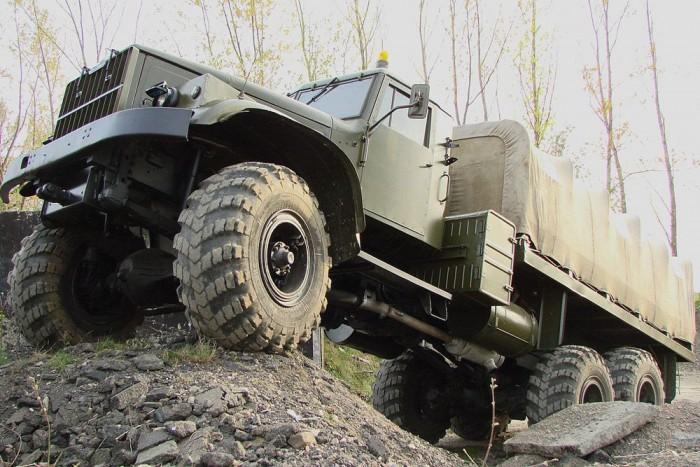 5. KRAZ - A laktanya legnagyobb, legimpozánsabb járgánya. A legenda szerint V12-es harckocsimotor dolgozott benne, igazából inkább 15 literes V8-as dízel mozgatta felénk ezeket a szörnyeket. Bár az igaz, hogy volt valami közük a tankokhoz, leginkább az, hogy a megszámlálhatatlan kerekű tréleren ők vontatták őket, ha kellett. Fa bodé és aránytalan, ballonos abroncsok jellemezték.