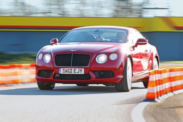 68 lóerővel gyengébb, mint a W12-es, de az 507 lóerős V8-as így is vehemensebben gyorsít