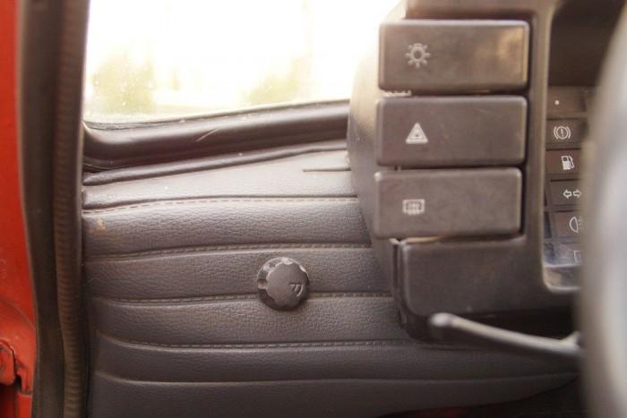 Az a kis tekerentyű az ablaktörlő szakaszos üzemmódjának intervallumát állítja, fura, hogy szinte semmilyen más kocsiban nem volt ilyen