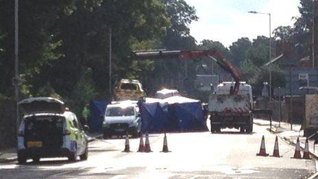 Autómentővel vitték el a helyszínelést követően a gázoló rendőrautót.