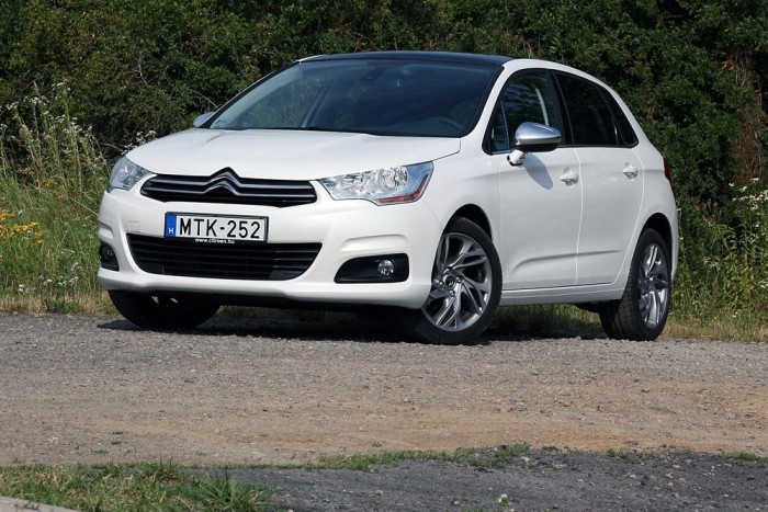 A Citroën C4-es nem mai darab, mégis tud újat mutatni. Kicsi, erős, háromhengeres benzinmotorral is kapható.