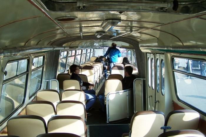 Az autóbuszt mindössze két ajtóval gyártották, így több hely maradt az üléseknek