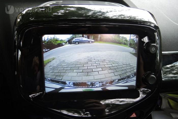 Jól jön a tolatókamera, mert nehéz kilátni az autóból, éjszakai tolatáskor viszont zavaró a fénye