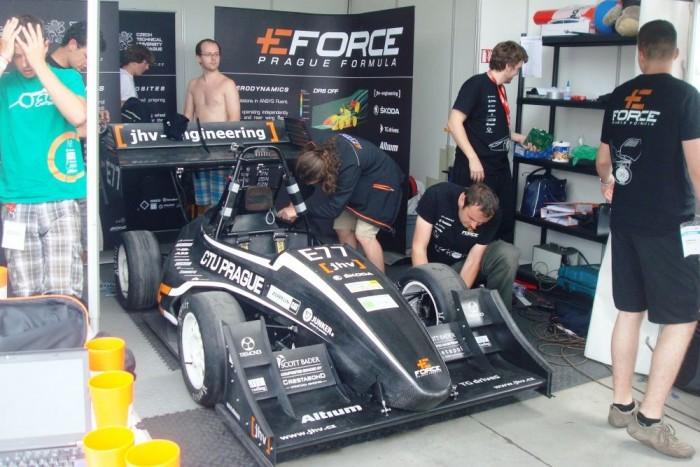 A prágaiak elektromos hajtású versenyautója. A tapasztalatok azt mutatják, hogy az elektromos hajtással készülő járművek sikeresebbek az FSH-n