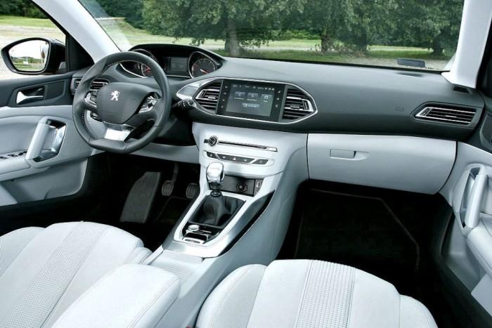 A Peugeot 308 legnagyobb dobása a belső tér, illetve a műszerfal egyedi kialakítása. Tökéletes vita-alap van aki imádja, mások gyűlölik, annyi biztos, hogy ez igazi francia hangulatú egyedi újítás