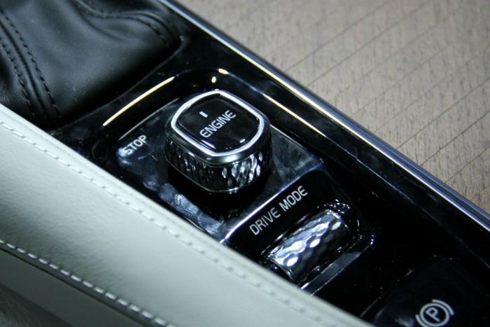 A luxusérzetet erősíti a Volvo szándéka szerint az Orrefors nevű üvegműves márkától vásárolt gyémántmetszetű kristályüveg Start/Stop gomb, és a hangerő szabályozó tekerője. Előbbit jobbra/balra csavarva indítjuk és állítjuk le az autót
