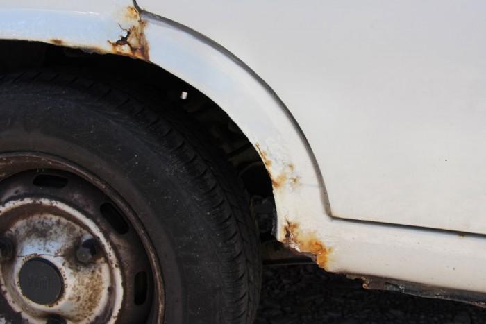 Itt is csúnya a rohadás, de nagyobb a baj, ha a rugótornyok rozsdásodnak. Ez az autó még megúszta a végső csapást a korróziótól