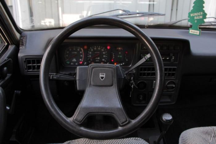 Nincs lelakva az öreg Dacia. Fúj a ventilátor, nem remeg a sebességmérő, megy az ablaktörlő