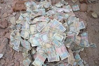 Rengeteg pénz ömlött az útra