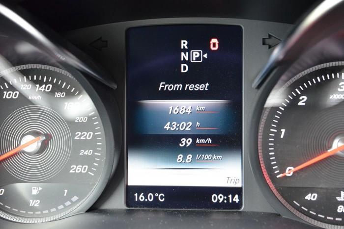 Egy apró baki. A piktogram szerint az üzemanyagtöltő-nyílás a jobb oldalon van, de a valóságban ez bal oldalon helyezkedik el.