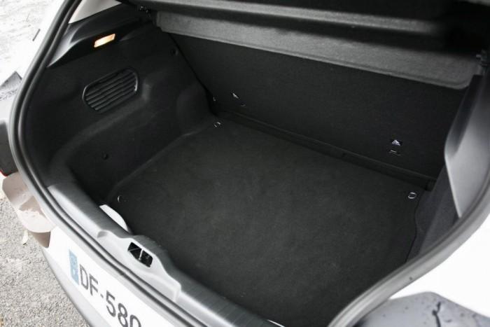 Öblös a 385 literes csomagtér, de praktikusnak nem nevezhető a magas perem miatt.