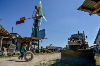 Roncsokból épített szélerőművet