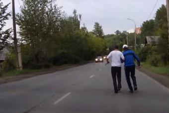 Két részeg kézen fogva, késsel sétált az úton