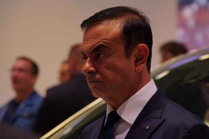 Bú! Nem bírtam megállni, bekevertem a lányok közé Carlos Ghosn-t, a Renault kissé rémisztő fizimiskájú urát (interjút adott egy francia tévének, közben kaptam le)