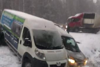 Kegyetlen tömegbalesetet okozott a hó