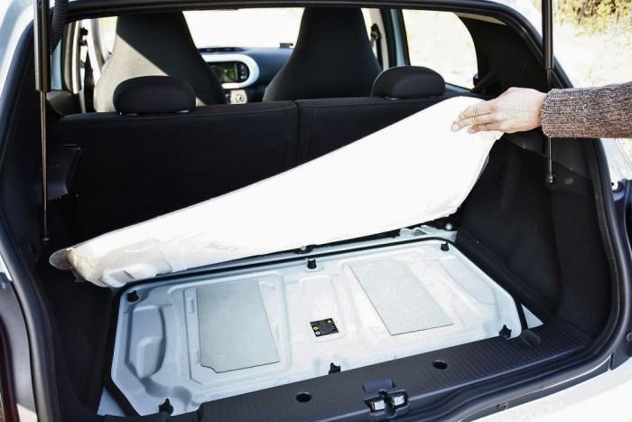 A francia Auto Plus munkatársai megérték, hogy nyáron negyed óra autózással 4,2 fokot nőtt a vaj hőmérséklete a csomagtérben. Ne tegyünk ide csokit, a motor átmelegíti alulról a padlót